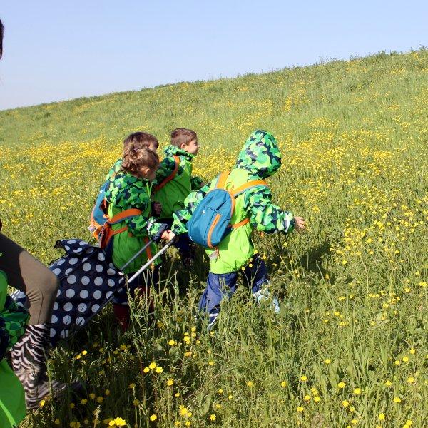 bambini che risalgono la collina